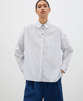 Oversize shirt with emptied pocket