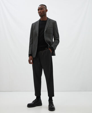Carrot silhouette pleated trousers