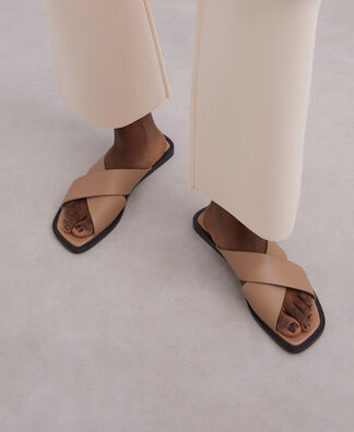 Crossed leather flat sandal